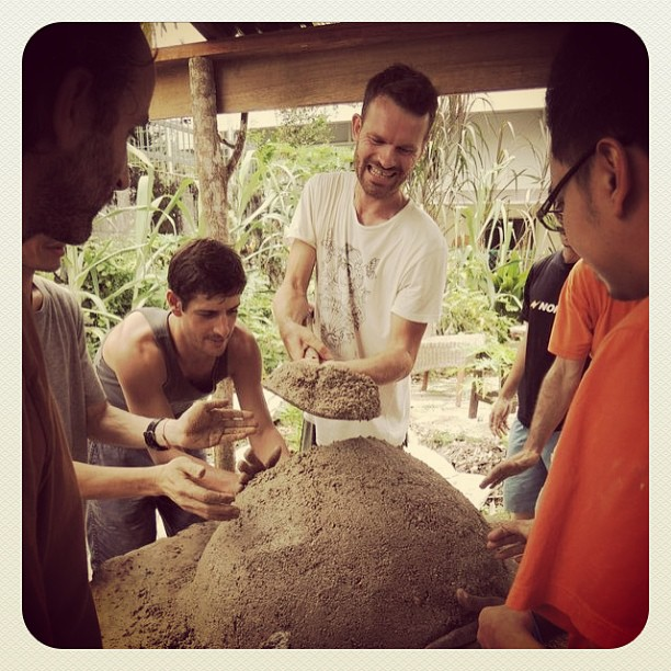 @cee77 piling on the sand mix during the #coboven #workshop, whilst everyone helps to pat it into shape.